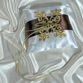 Подушечка для колец с шоколадной лентой